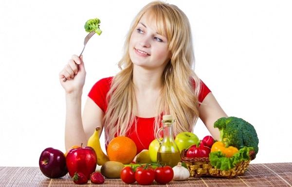 Женщина есть овощи и фрукты